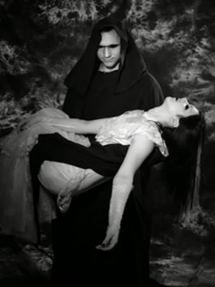 Hombre cargando mujer